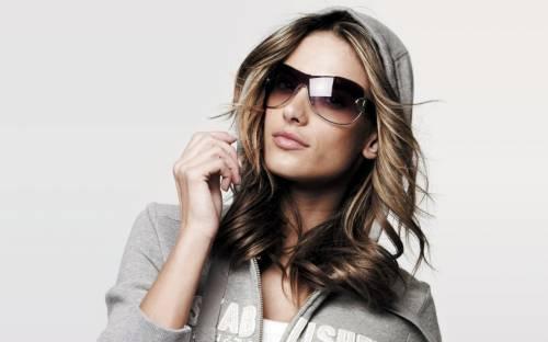 Описание девушка в очках обои
